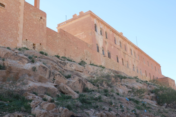 القلعة التي تحتل جزءا من هضبة كبيرة تفصل ما بين جزئي مدينة الأغواط